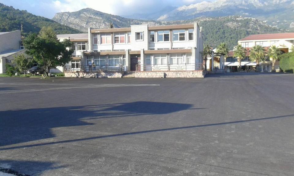 Radovi na asfaltiranju platoa ispred JUSMŠ Danilo Kiš