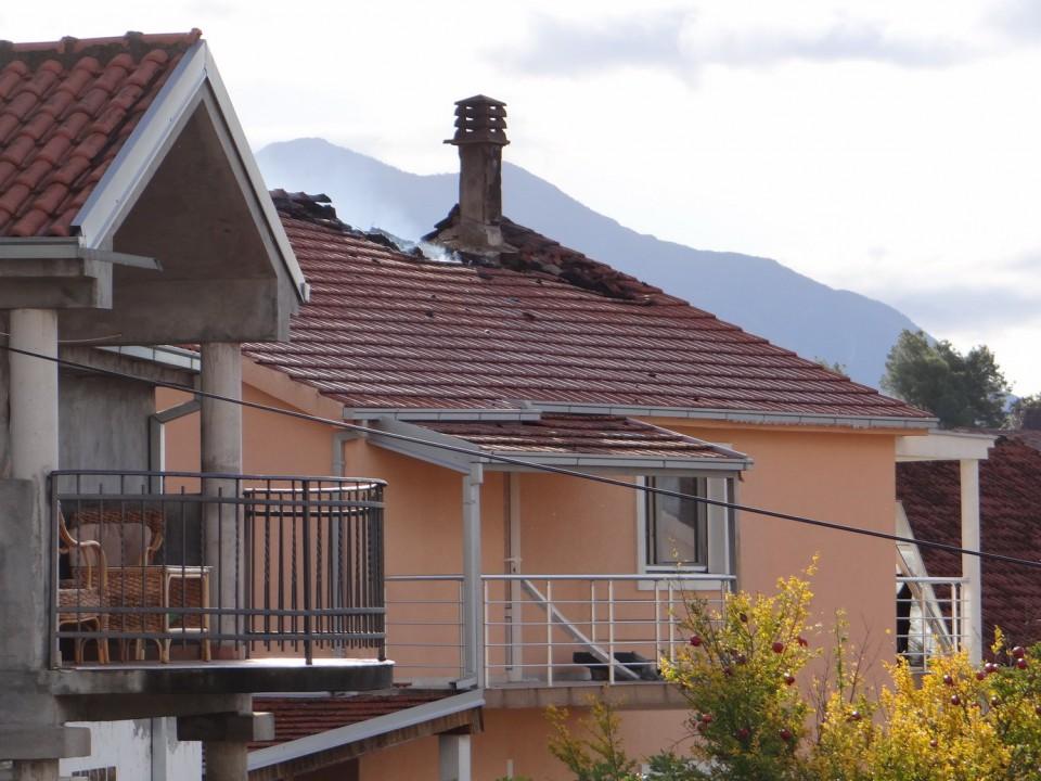 Tivat: Izgorio krov kuće
